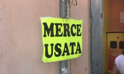 «Irregolarità, abusivismo e merce usata». La rabbia degli ambulanti di piazza Duomo