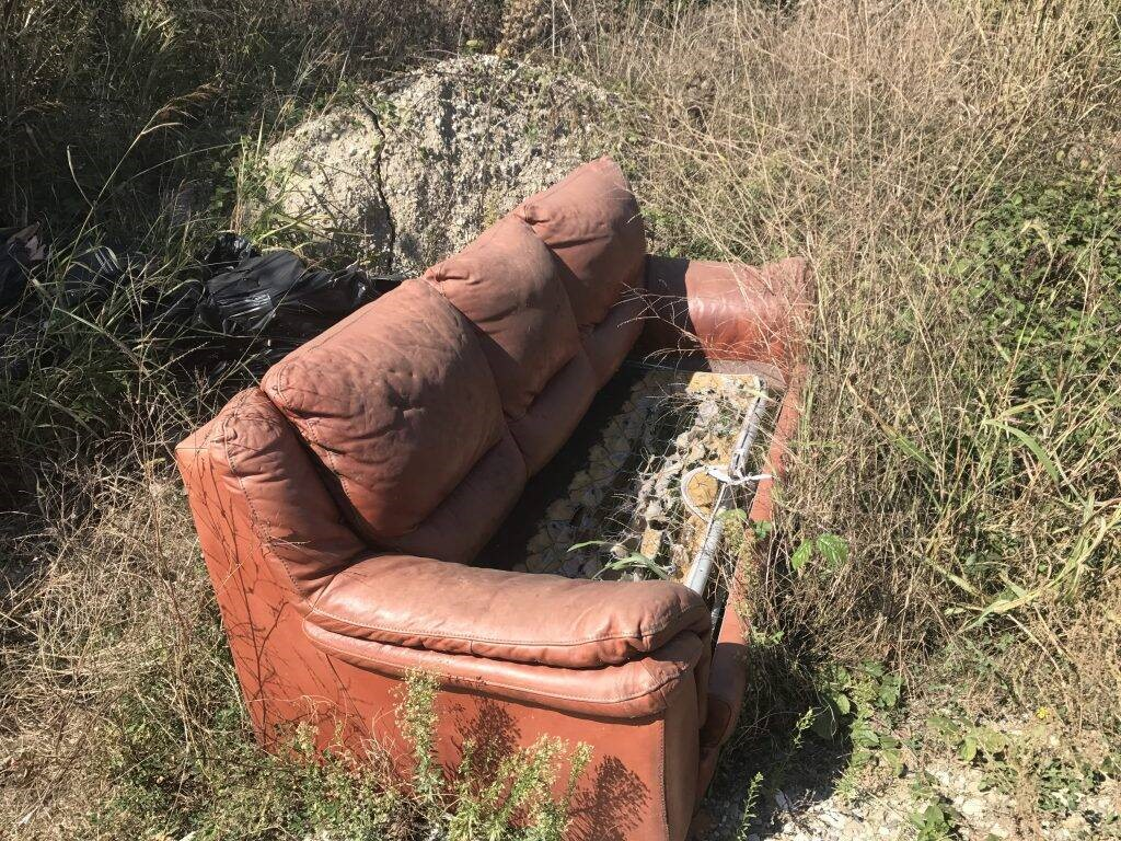 Borghetto, la discarica abusiva a cielo aperto: divani, cuscini, tegole e preservativi