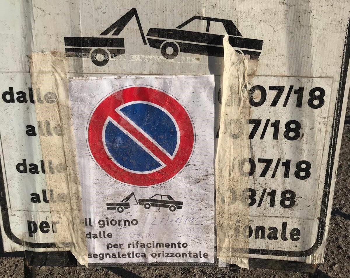 Un cartello di divieto di sosta poco chiaro, regolato da un'indicazione scritta a biro, ha portato una giovane cittadina a lamentarsi della multa ricevuta in via Anguissola.