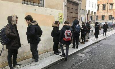 Coda studenti fuori dalla biblioteca Passerini-Landi