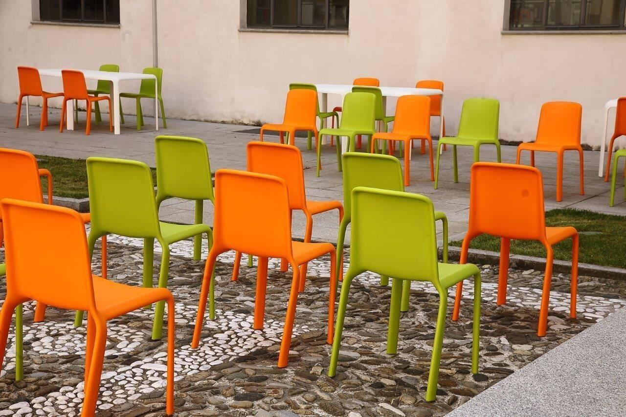 Biblioteca nuovo arredo in cortile sedie e tavoli colorati for Nuovo arredo sansepolcro